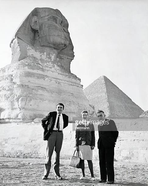 JeanPaul Sartre Simone de Beauvoir and Claud Lansman manager of the Sartre magazine Temps Modernes stand in front of the Great Sphinx in Giza