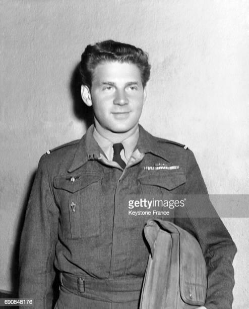 JeanPierre Aumont en uniforme de lieutenant de l'armée française photographié à son retour pour une mission militaire à Hollywood Californie...