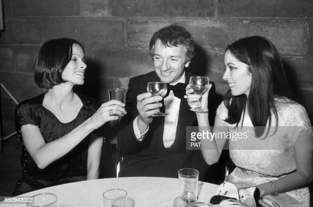 Jean-Pierre Cassel avec les actrices Geraldine Chaplin et Josephine Chaplin le 14 décembre 1973 à Paris, France.