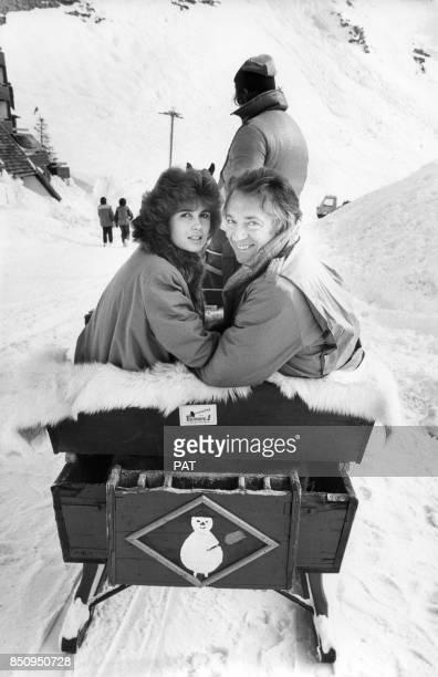 JeanPierre Cassel avec son épouse Anne en traîneau à Avoriaz en janvier 1982 France