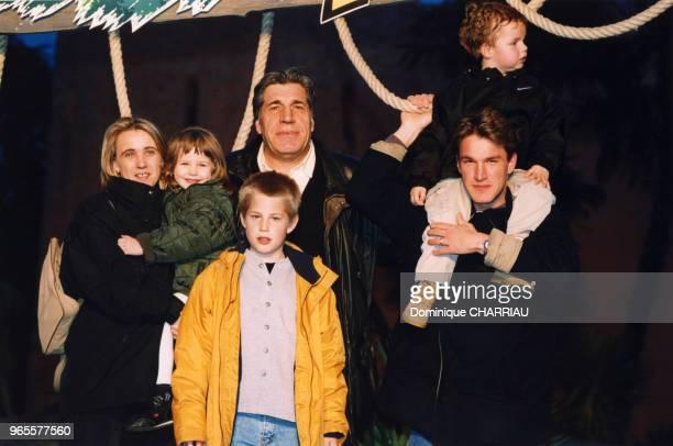 JeanPierre Castaldi sa femme Corinne ses enfants Paola Giovanni Benjamin et son petitfils Julien le 25 mars 2000 à Disneyland Paris France