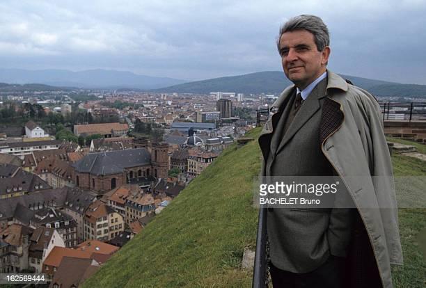 JeanPierre Chevenement Mayor Of Belfort A Belfort Jean Pierre CHEVENEMENT vêtu d'un imperméable sur une hauteur dominant la ville