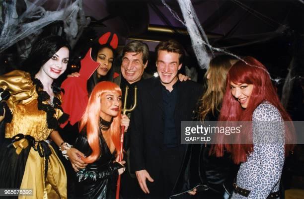 JeanPierre et Benjamin Castaldi lors de la soirée Halloween du 31 octobre 1999 au VIP Room à Paris France