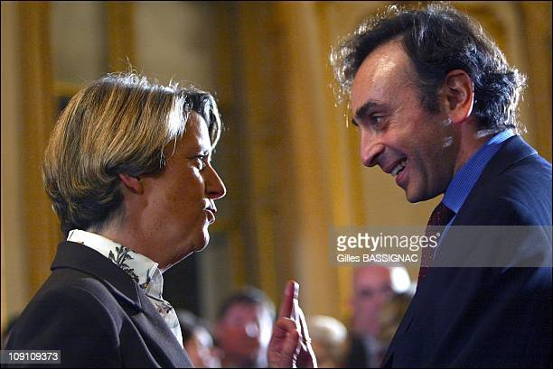 JeanPierre Raffarin Valery Giscard D'Estaing Nicolas Sarkozy Arnaud Montebourg And Brigitte Le Brethon Receive '2002 Trombinoscope Award' In The...
