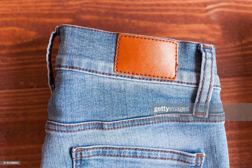 Jeans num fundo de madeira. : Foto de stock