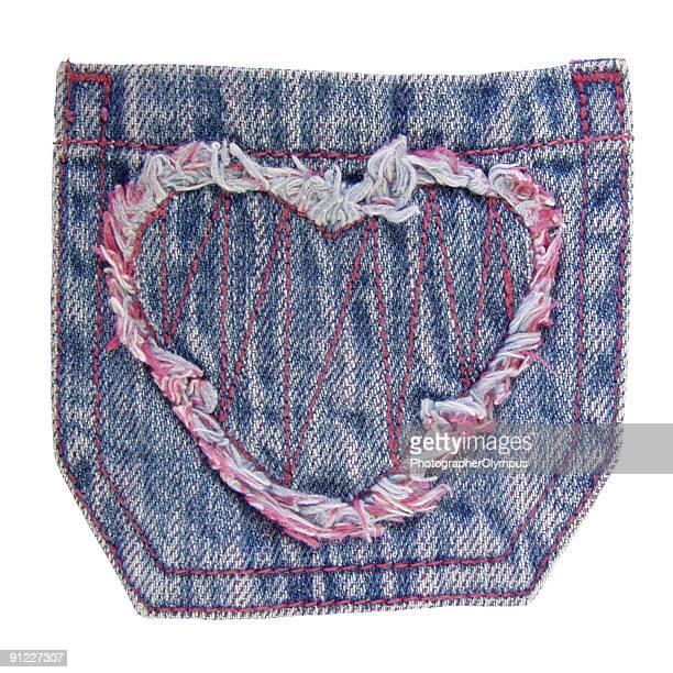 poche de jeans avec cœur isolé - vieilles fesses photos et images de collection