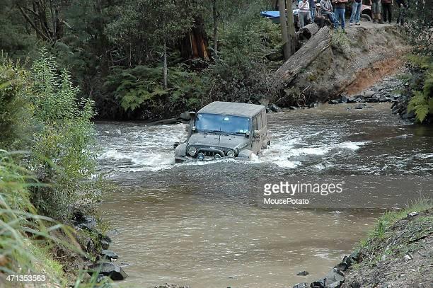 Jeep JK 1 tratador mid corrente no creek de Passagem