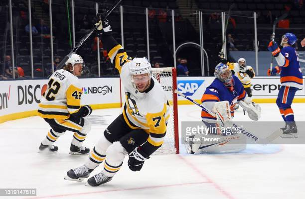 Jeff Carter of the Pittsburgh Penguins scores at 7:00 of the third period on the powerplay against Semyon Varlamov of the New York Islanders in Game...