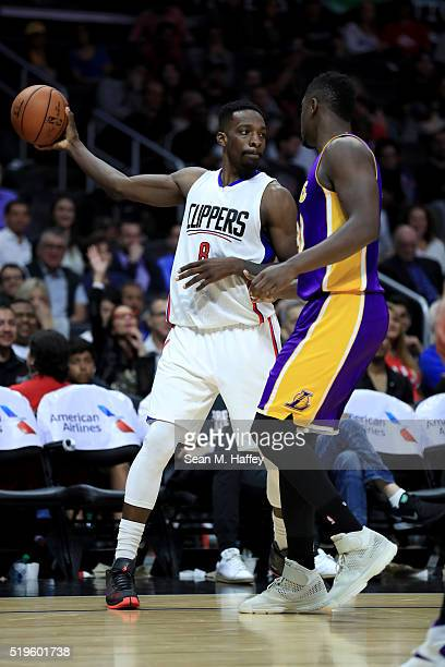 Jeff Green of the Los Angeles Clippers loks to pass past Julius Randle of the Los Angeles Lakers during an NBA game between Los Angeles Clippers vs...