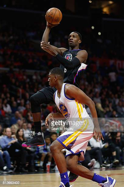 Jeff Green of the Los Angeles Clippers shoots past Kevon Looney of the Golden State Warriors during the second half of a game at Staples Center on...