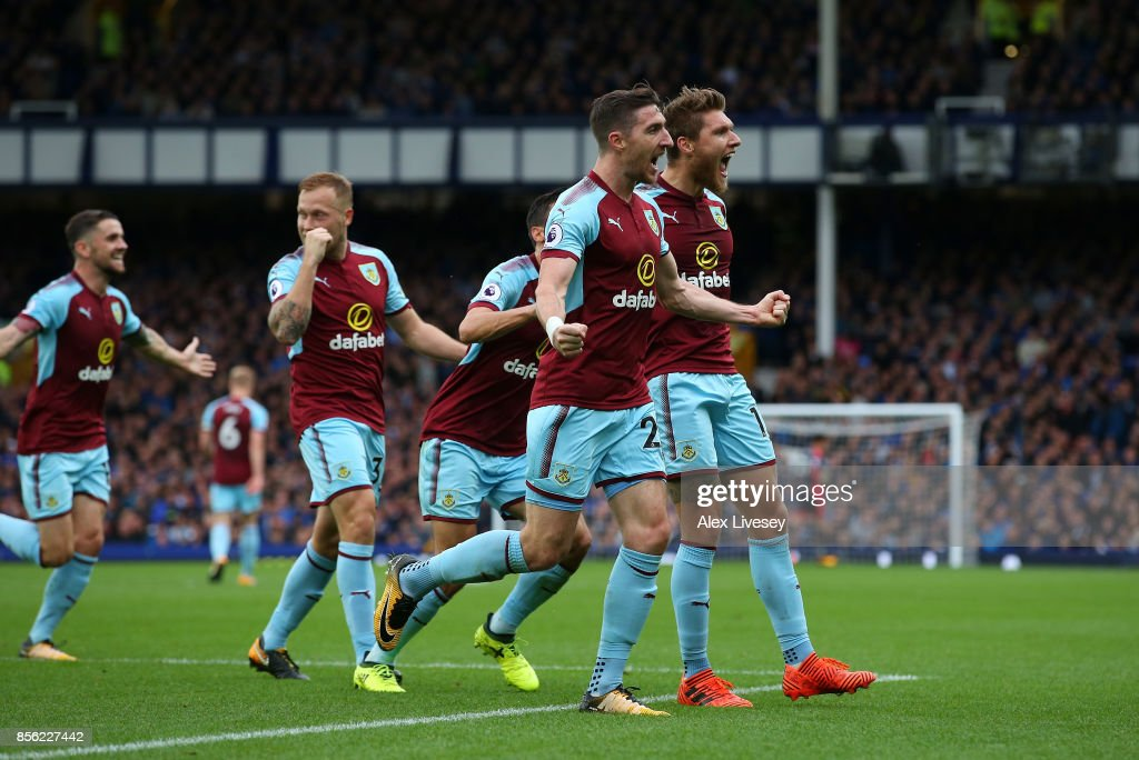 Jeff Hendrick of Burnley celebrates scoring his sides first goal with his Burnley team mates during the Premier League match between Everton and Burnley at Goodison Park on October 1, 2017 in Liverpool, England.
