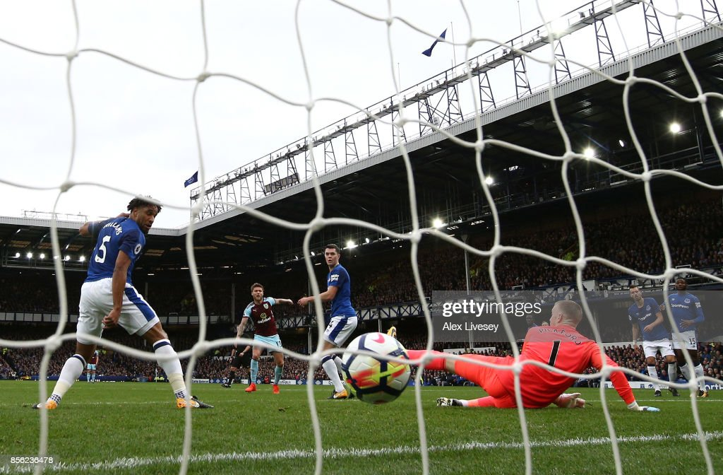 Jeff Hendrick of Burnley (obscure) scores his sides first goal past Jordan Pickford of Everton during the Premier League match between Everton and Burnley at Goodison Park on October 1, 2017 in Liverpool, England.