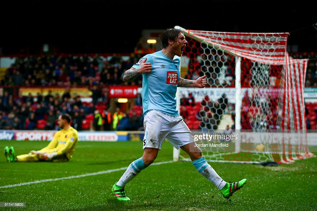 Jeff Hendrick of Derby celebrates scoring his sides first goal during the Sky Bet Championship match between Brentford and Derby County at Griffin Park on February 20, 2016 in Brentford, United Kingdom.
