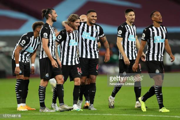 Jeff Hendrick of Newcastle United celebrates with teammates after scoring his team's second goal during the Premier League match between West Ham...