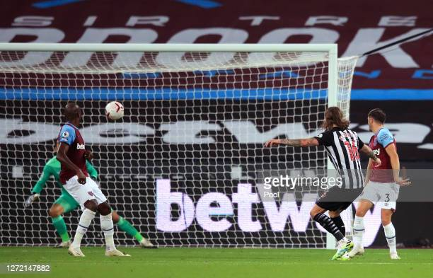 Jeff Hendrick of Newcastle United scores his team's second goal during the Premier League match between West Ham United and Newcastle United at...