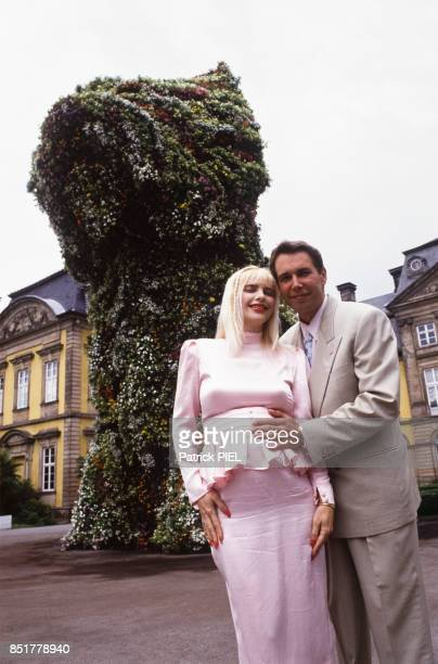 Jeff Koons et la Cicciolina devant un Puppy jeune chien réalisé par l'artiste au château d'Arolsen en juin 1992 Allemagne