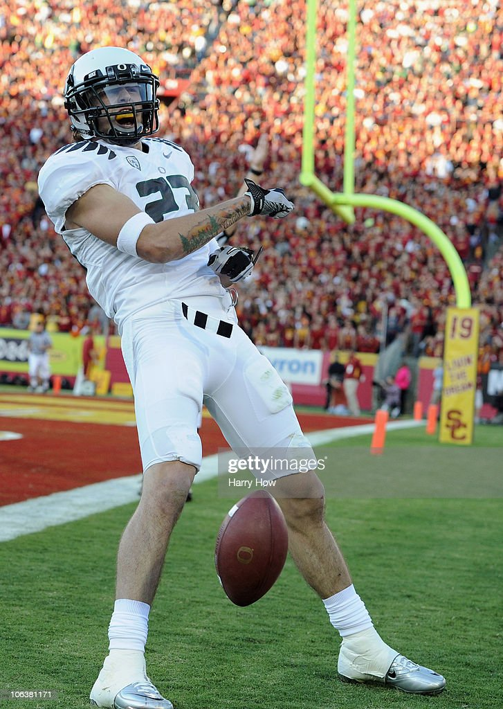 Jeff Maehl #23 of the Oregon Ducks celebrates his catch for a touchdown for a 7-3 lead over the USC Trojans during the first quarter at Los Angeles Memorial Coliseum on October 30, 2010 in Los Angeles, California.