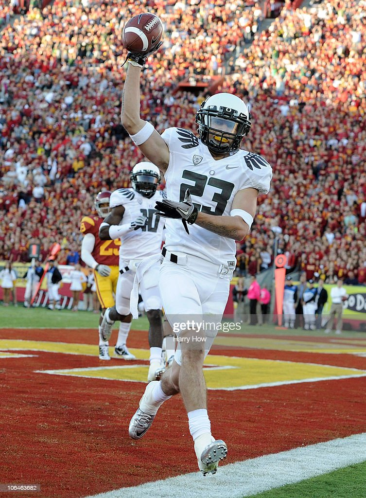 Jeff Maehl #23 of the Oregon Ducks celebrates his catch for a touchdown against the USC Trojans for a 7-3 lead during the first quarter at Los Angeles Memorial Coliseum on October 30, 2010 in Los Angeles, California.