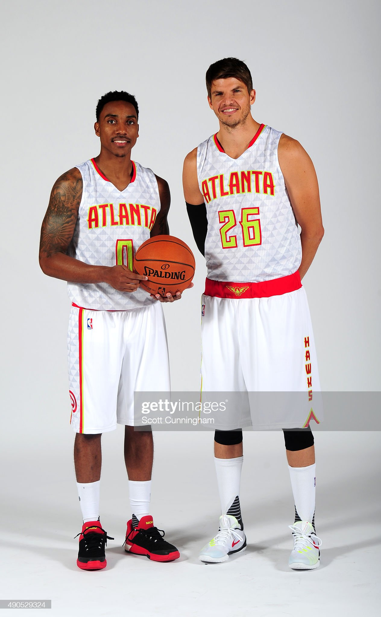 ¿Cuánto mide Paul George? - Real height Jeff-teague-and-kyle-korver-of-the-atlanta-hawks-pose-during-nba-day-picture-id490529324?s=2048x2048