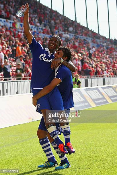 Jefferson Farfan and Raul Gonzalez of Schalke celebrate the 4-2 victory after the Bundesliga match between FSV Mainz 05 and FC Schalke 04 at Coface...