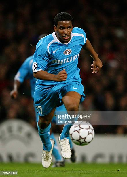 Jefferson Farfan of PSV runs with the ball during the UEFA Champions League round of sixteen, second leg match between Arsenal and PSV Eindhoven at...