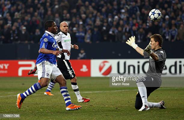 Jefferson Farfan of Schalke scores his team's 3rd goal during the UEFA Champions League round of 16 second leg match between Schalke 04 and Valencia...