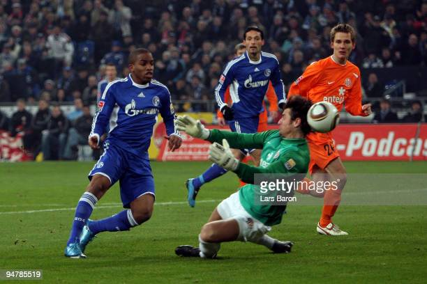 Jefferson Farfan of Schalke scores the first goal past goalkeeper Heinz Mueller of Mainz during the Bundesliga match between FC Schalke 04 and FSV...