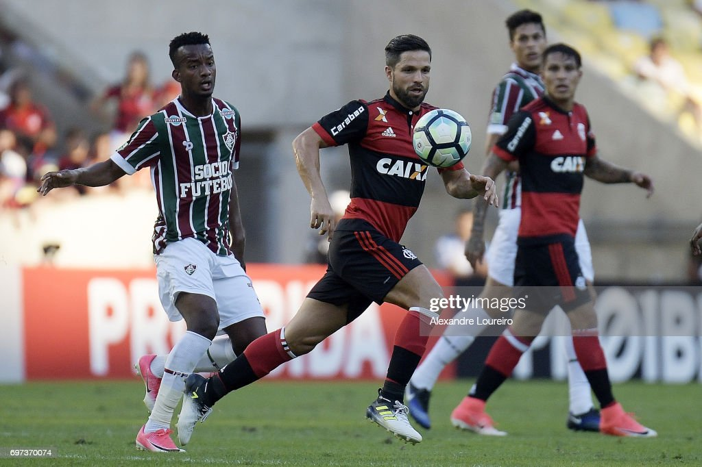 Jefferson Orejuela of Fluminense battles for the ball with Diego of Flamengo during the match between Fluminense and Flamengo as part of Brasileirao Series A 2017 at Maracana Stadium on June 18, 2017 in Rio de Janeiro, Brazil.