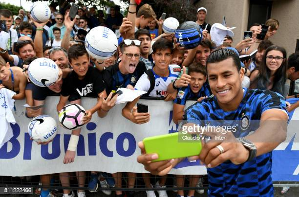 Jeison Murillo of FC Internazionale takes a selfie for fans after the FC Internazionale training session on July 9, 2017 in Reischach near Bruneck,...