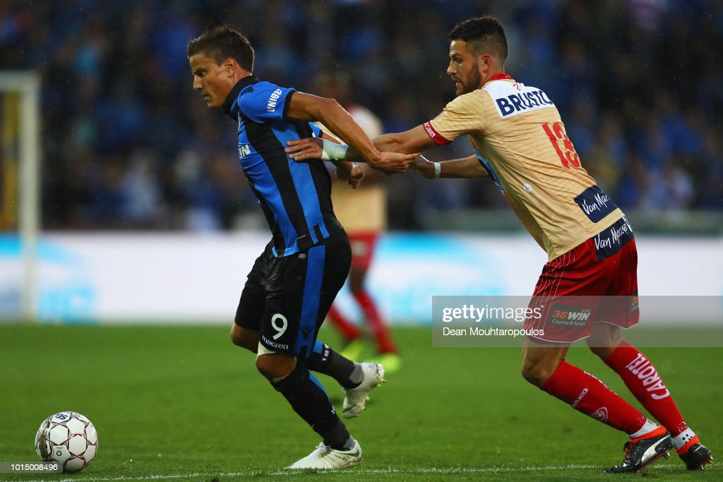 Jelle Vossen of Club Brugge KV gets past the tackle from Brendan Hines-Ike of KV Kortrijk during the Jupiler Pro League match between Club Brugge and KV Kortrijk at Jan Breydel Stadium on August 10, 2018 in Brugge, Belgium.
