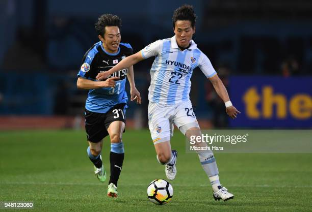 Jeng Dongho of Ulsan Hyundai and Manabu Saito of Kawasaki Frontale compete for the ball during the AFC Champions League Group F match between...