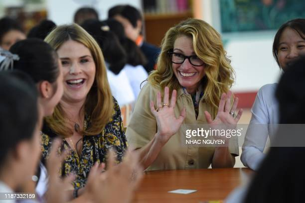 Jenna Bush Hager , daughter of former US president George W. Bush, and actress Julia Roberts meet Vietnamese students in Can Giuoc district, Long An...
