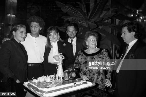 Jenna de Rosnay Élie Chouraqui et Régine lors d'une soirée en l'honneur de Victoria Brynner chez Régine à Paris le 10 novembre 1987 France