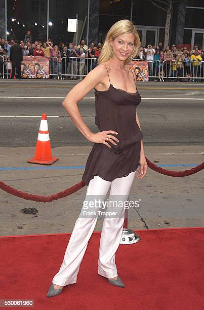 Jenna Elfman arrives at the premiere of Looney Tunes Back In Action