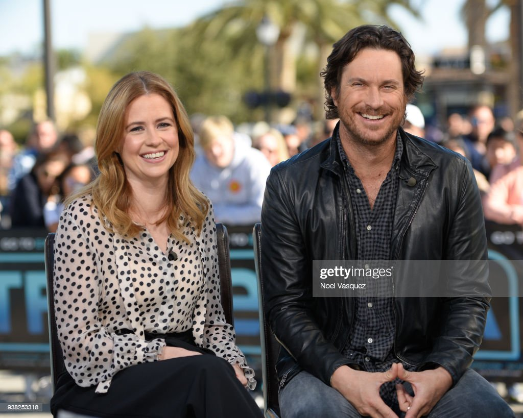 Jenna Fischer (L) and Oliver Hudson visit 'Extra' at Universal Studios Hollywood on March 26, 2018 in Universal City, California.