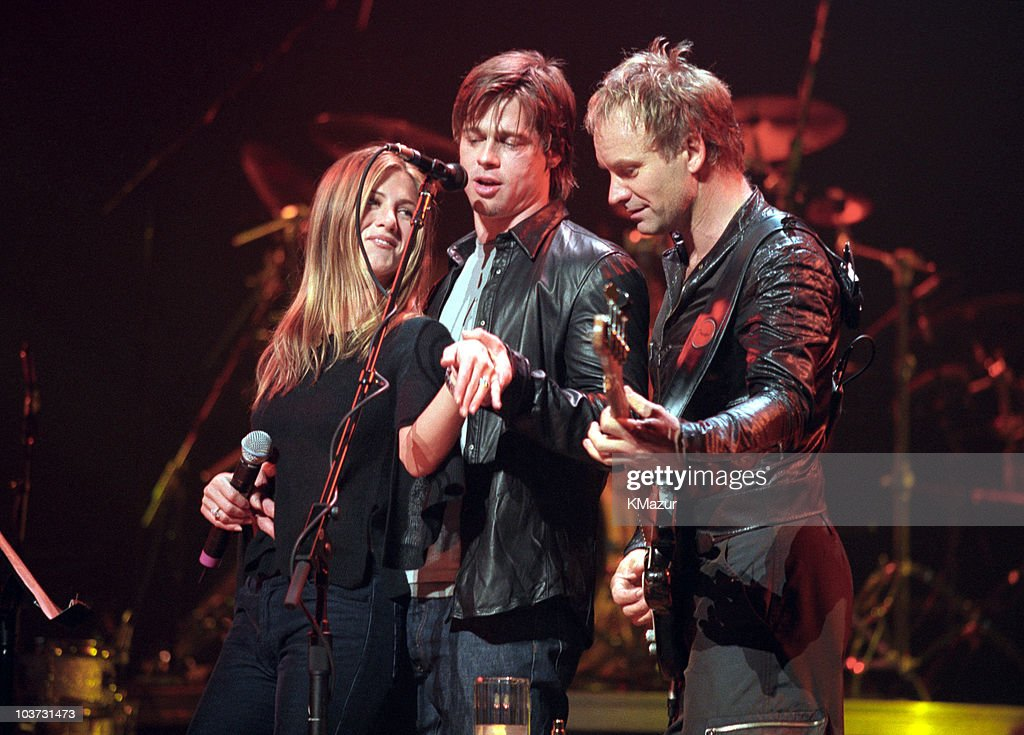 Jennifer Aniston and Brad Pitt Onstage During a Sting Concert at the Beacon Theater - File Photos : Photo d'actualité