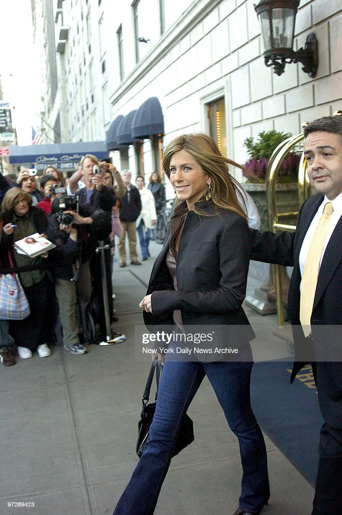 Jennifer Aniston leaves the Ritz Carlton hotel on her way to : News Photo