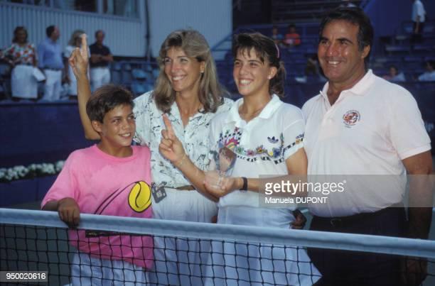 Jennifer Capriati entourée de sa famille vainqueur du tournoi junior de l'US Open à Flushing Meadows le 10 septembre 1989 à New York EtatsUnis
