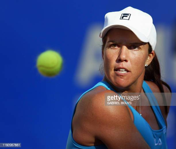 Jennifer Capriati returns the ball to French Amelie Mauresmo during their 1/4 final of Rome's WTA 1.345,000 Euros prize Tennis masters tournament, 17...