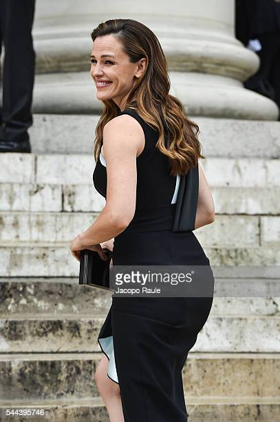 Jennifer Garner is seen arriving at Versace fashion show during the paris fashion week Haute Couture F/W 20162017 on July 3 2016 in Paris France