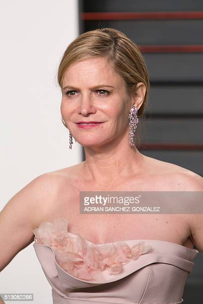Jennifer Jason Leigh arrives to the 2016 Vanity Fair Oscar Party February 28 2016 in Beverly Hills California / AFP / ADRIAN SANCHEZGONZALEZ