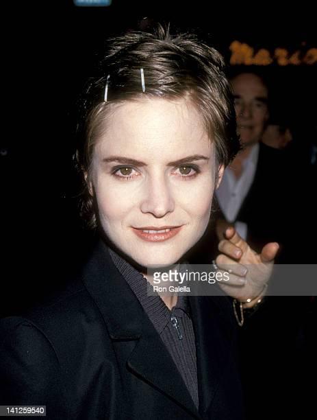 Jennifer Jason Leigh at the Premiere of 'Dolores Claiborne', Mann Village Theatre, Westwood.