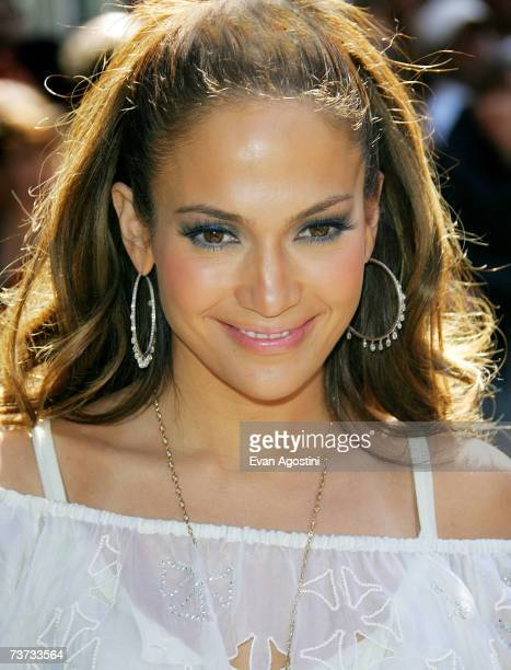 """Jennifer Lopez arrives for a CD signing of her new Spanish-language album """"Como Ama Una Mujer"""" at F.Y.E. March 28, 2007 in New York City."""