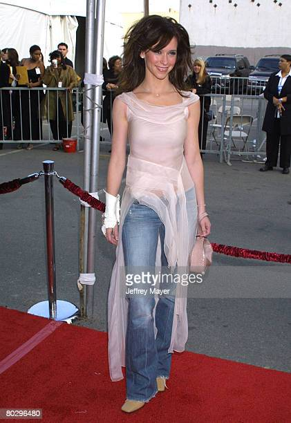 Jennifer Love Hewitt arrives at the 29th Annual American Music Awards January 9 2002