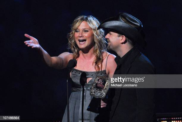 """Jennifer Nettles and Kristian Bush of Sugarland accept Duo Video of the Year award for """"Want To"""""""