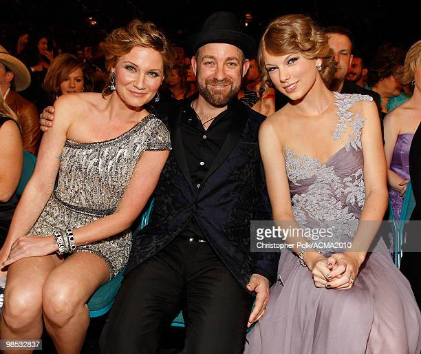Jennifer Nettles Kristian Bush of Sugarland and Taylor Swift pose from the audience at the 45th Annual Academy of Country Music Awards at the MGM...