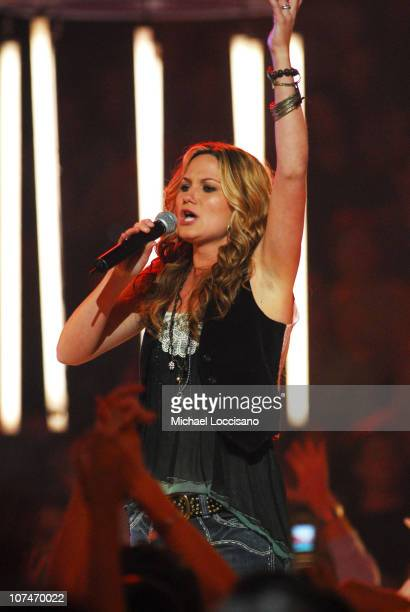 """Jennifer Nettles of Sugarland performs """"Down In Mississippi"""""""