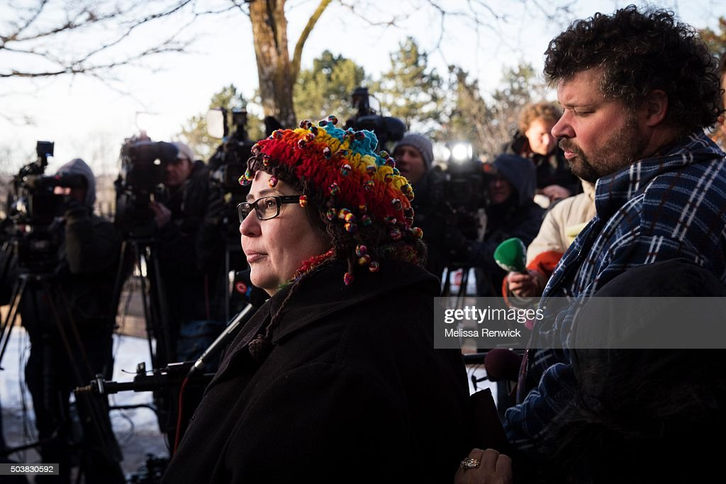 Jennifer Neville-Lake and her husband, Edward, speak to the media after Marco Muzzo to pleads guilty in deadly Vaughan crash. : ニュース写真