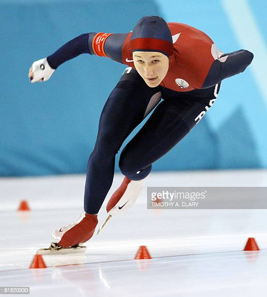 Jennifer Rodriguez skates to place third of the women's 1500m speed skating race at the Utah Olympic Oval 20 February 2002 during the XIXth Winter...