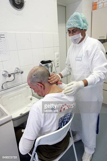 Jenny de la Torre Stiftung Medizinische Hilfe Betreuung und Behandlung fuer Obdachlose Krankenpfleger Guido Minauro und ein Arzt behandeln einen...